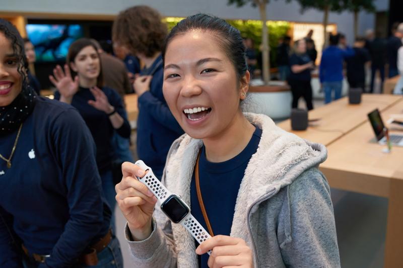 2 iPhone-Xs-Apple-Watch-Series-4_Palo-Alto-customer-