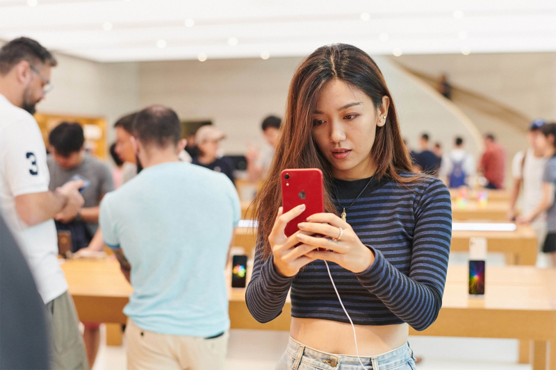 8 iphonexr-launch_orchardrd-singapore_instore-red