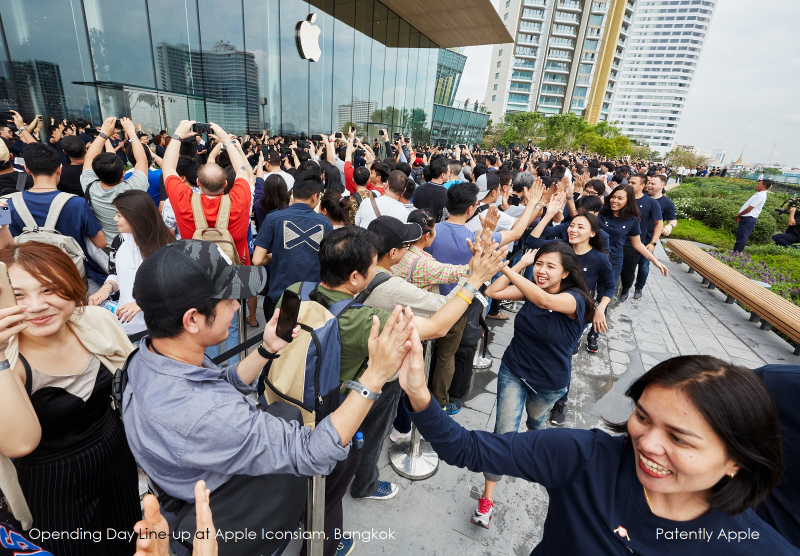 2 - Apple-Iconsiam-opens-in-Bangkok-customers-gather-on-roof-terrace