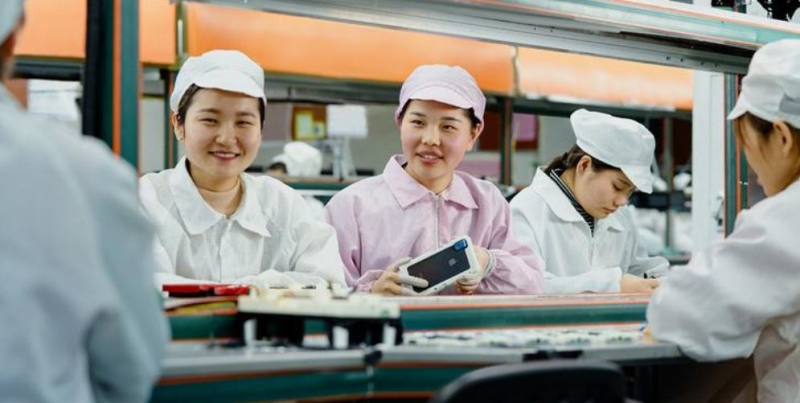 1 x Cover iPhone Plant employees at Foxconn