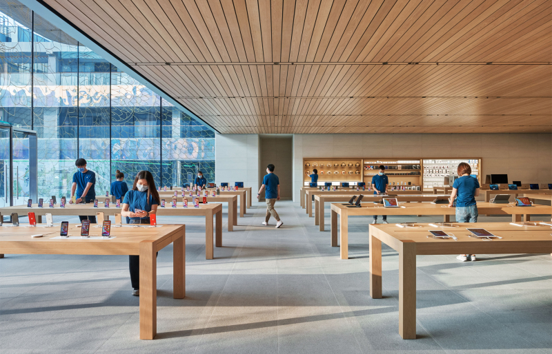 2 Apple_sanlitun-beijing-opening-wide-interior-with-team-members-
