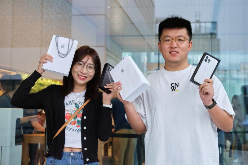 2 Apple_iPhone-iPad-Availability_Beijing-Store-Exterior