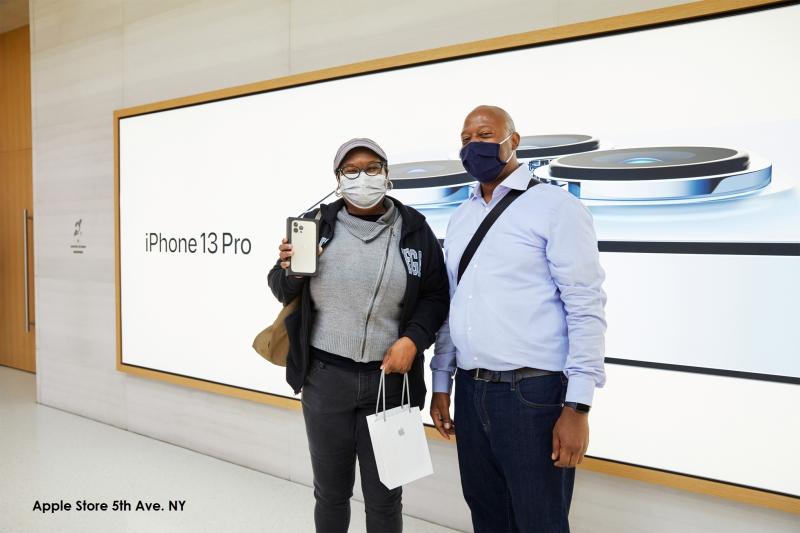 2 Apple_iPhone-iPad-Availability_5th-Ave-deirdre-selfie
