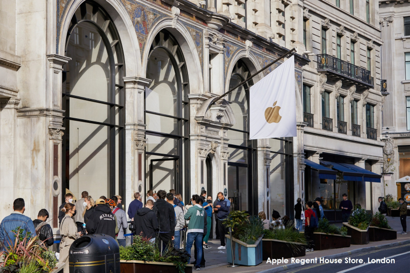9C - Apple_iPhone-iPad-Availability_5th-Ave-checkout-
