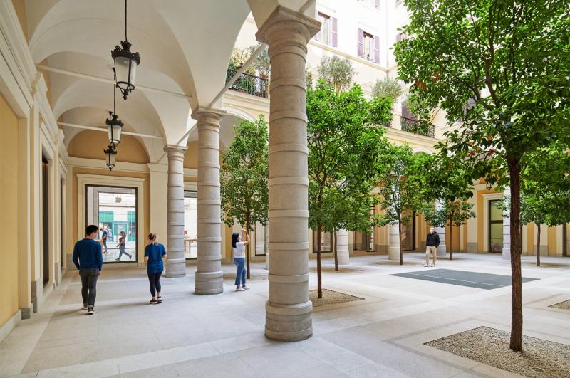 2 Apple_Via-Del-Corso-opens-in-Rome-exterior-team-members-walking